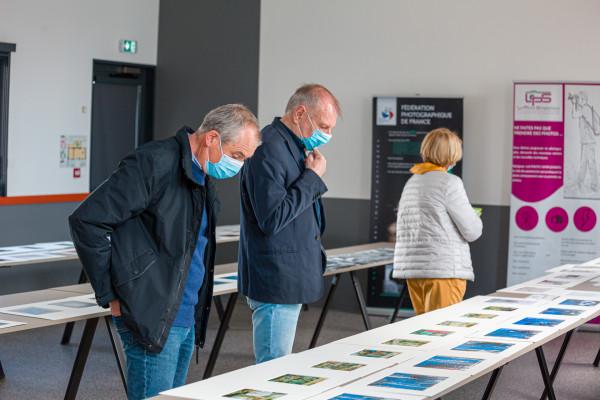 Les élus découvrent le travail d'auteur et la Fédération Photographique de France