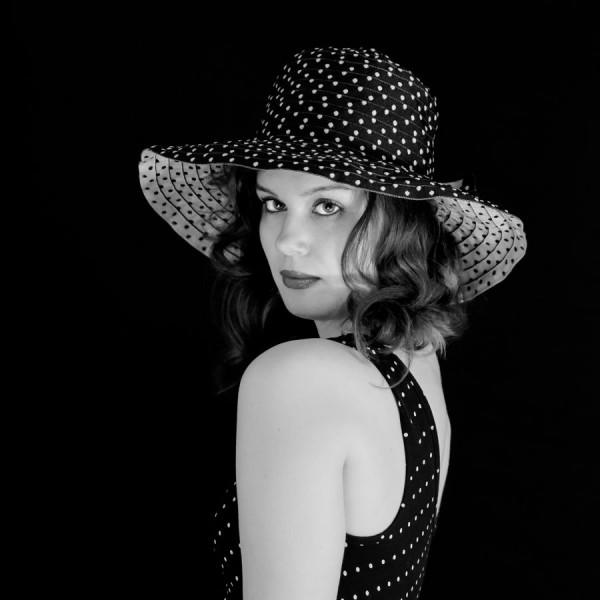 """3ème Défi : Portrait monochrome """"Camille et ses chapeaux"""" classée 2ème"""